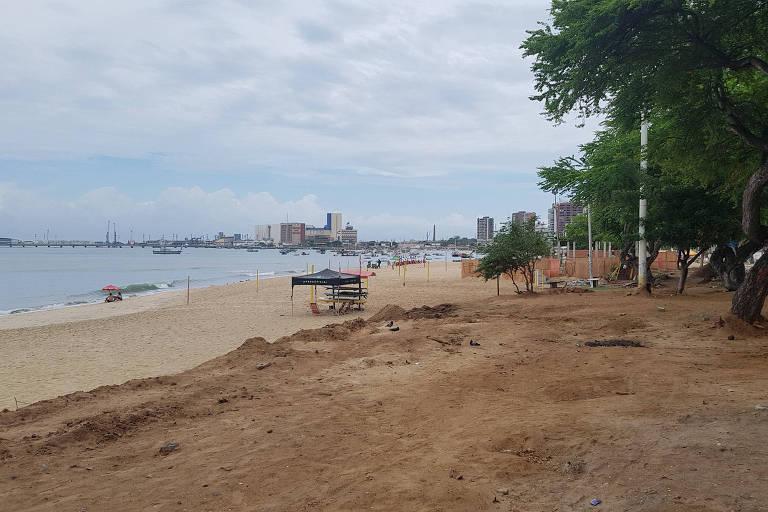 Praia do Mucuripe vazia em tarde chuvosa em Fortaleza