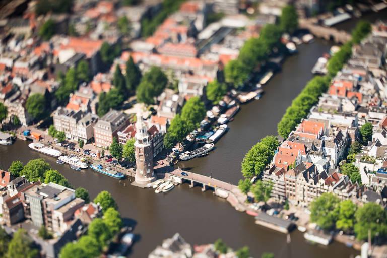 Cidade com canais vista de cima
