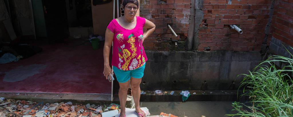 Cozinheira Sonia Domingues Pereira, 52, teve a parede do quarto destruída durante enchente do córrego Perus