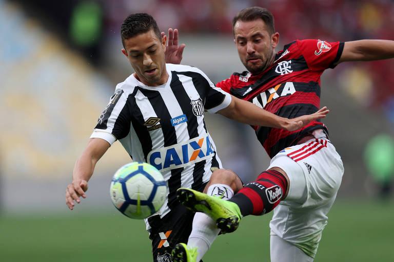 Santos e Flamengo, com patrocínio da Caixa no uniforme, se enfrentam pelo Campeonato Brasileiro do ano passado