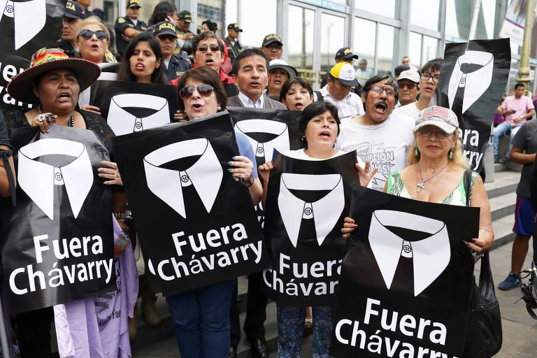 Manifestantes protestam em Lima contra o ex-procurador-geral do Peru, Pedro Chávarry