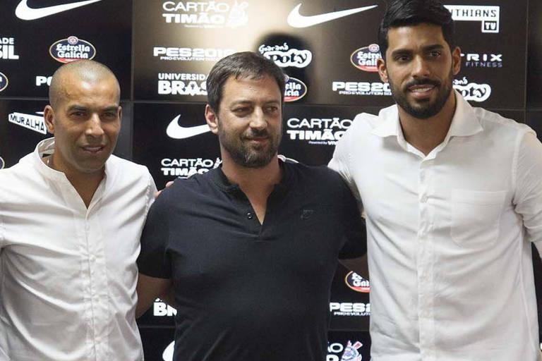 Diretor de futebol do Corinthians, Duilio Monteiro Alves (centro) apresenta Emerson Sheik e Vilson como dirigentes do clube