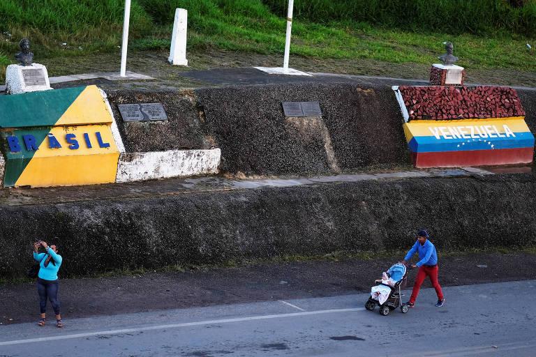 Venezuelanos atravessam a fronteira com o Brasil na cidade de Pacaraima, em Roraima