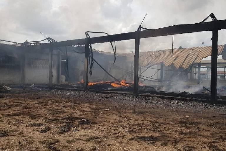 Depósito do órgão federal Dnocs (Departamento Nacional de Obras de Combate às Secas) em Marco (223 km de Fortaleza) fica destruído após incêndio ocorrido no sábado (5)