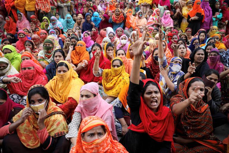 Trabalhadoras do setor de vestuário protestam por melhores salários em Daca, Bangladesh