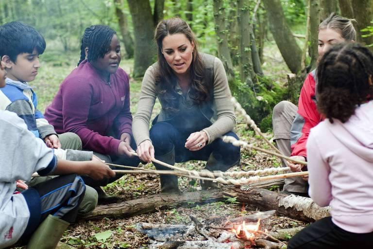 Kate Middleton, duquesa de Cambridge, participa de acampamento com crianças