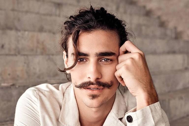 O ator Bruno Montaleone posta com blazer de moleton