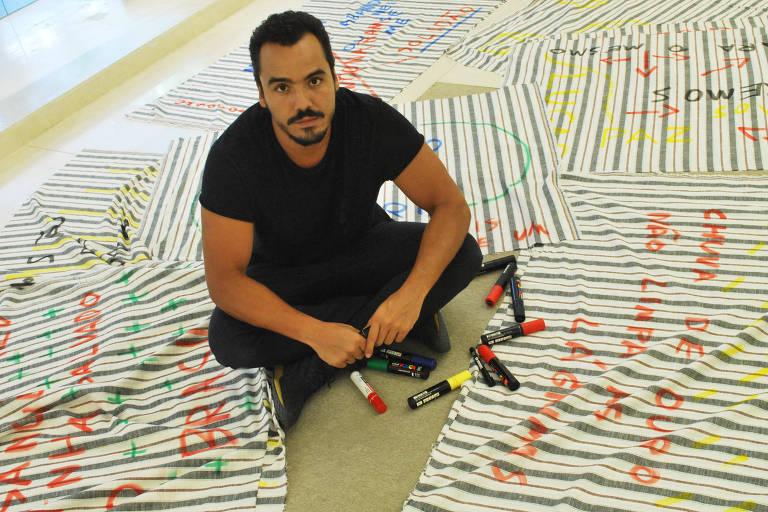 Túlio Dek faz intervenção artística em Lisboa em alusão a queimadas e vazamentos de petróleo