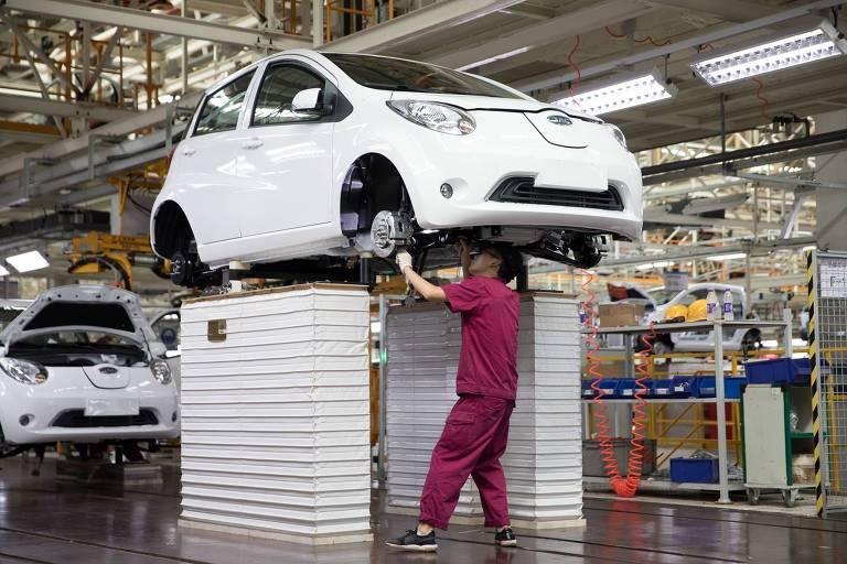 Trabalhador na fábrica da JAC Motors em Tongling, na China