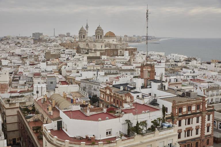 Ao fundo, catedral de Cádiz, na cidade espanhola de mesmo nome