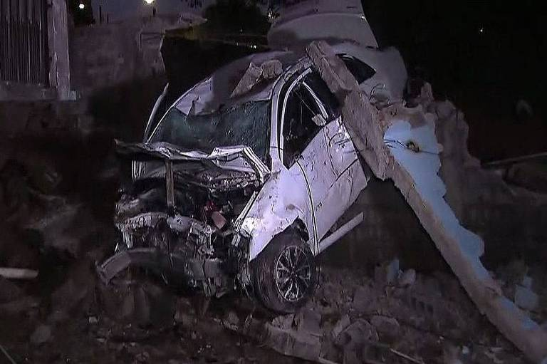 Carro de taxista ficou destruído após despencar de barranco em Sapopemba, na zona leste de SP