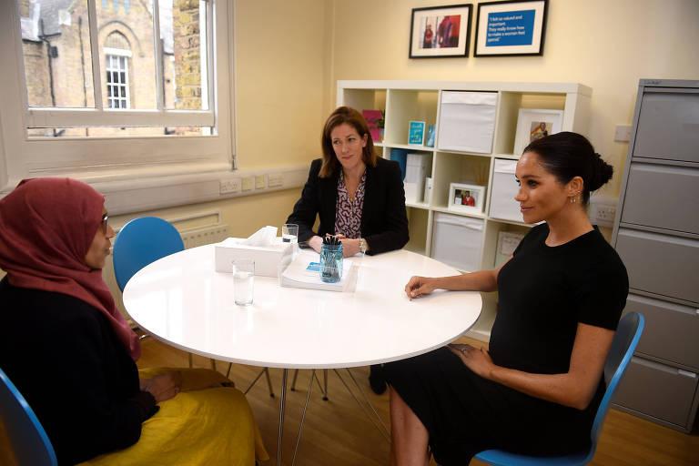 Meghan Markle durante visita a instituição de caridade para mulheres em Londres