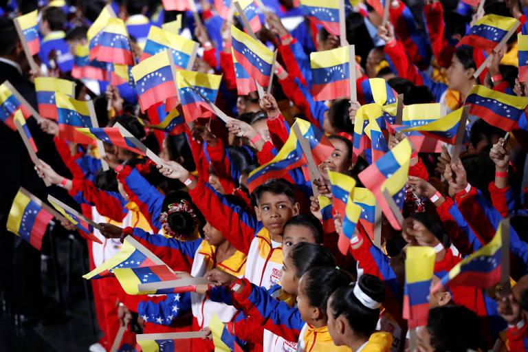 Crianças com bandeiras da Venezuela durante a posse de Nicolás Maduro nesta quinta em Caracas