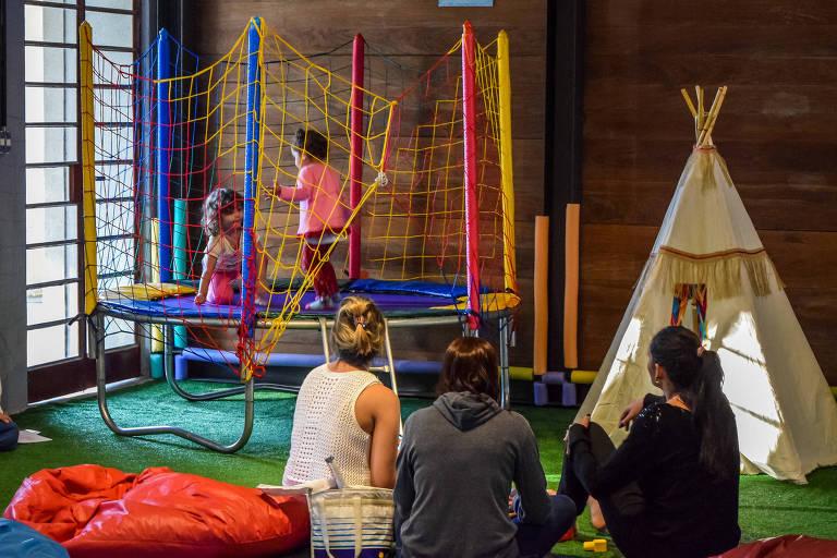 Crianças se divertem no museu