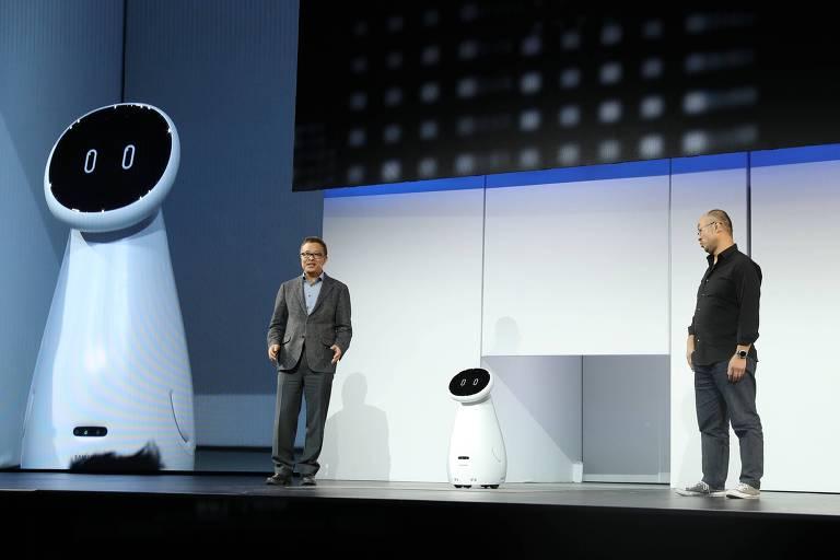 Gary Lee, à esquerda, vice-presidente da Samsung, e Yoon Lee, vice-presidente da empresa na América, fazem demonstração com o Bot Care durante a CES 2019; a Samsung apresentou uma série de robôs para diferentes utilidades