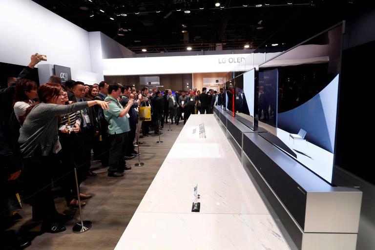 LG OLED TV R, lançamento da LG; a tela roda para baixo e fica escondida em uma base