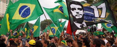 RIO DE JANEIRO, RJ,  BRASIL,  28-10-2018, 17h00: Eleitores de Jair Bolsonaro (PSL) fazem festa em frente ao condomínio onde o candidato mora, na Barra da Tijuca, no Rio. A rua foi fechada e centenas de manifestantes declaram seu apoio à Bolsonaro. (Foto: Pedro Ladeira/Folhapress, PODER)