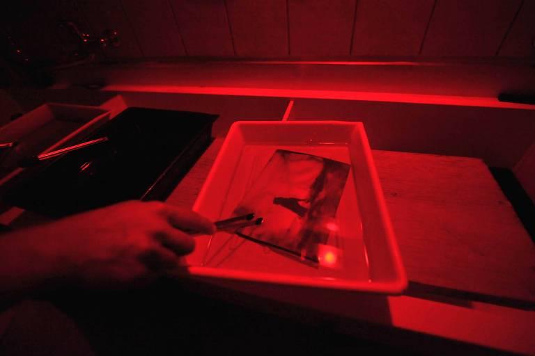Fotografia pinhole revelada em laboratório fotográfico