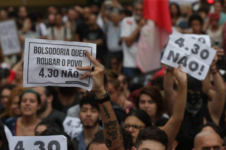 Manifestantes protestam em frente ao Theatro Municipal de São Paulo, no centro, contra  o reajuste das tarifas de ônibus, trem e metrô, que passaram de R$ 4 para R$ 4,30
