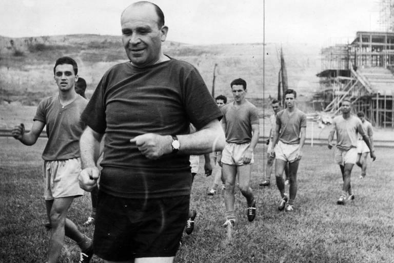 Béla Guttmann comanda treino do São Paulo em um Morumbi ainda em construção