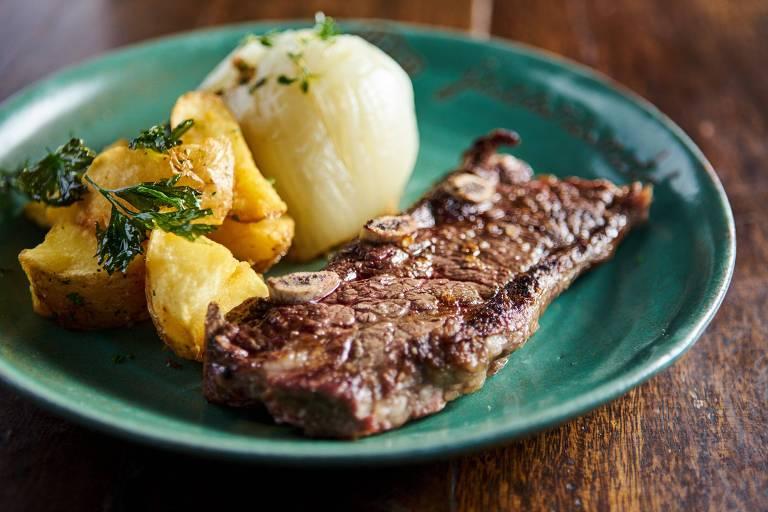 Assado de Tira VPJ Angus (R$ 88) vai com 330g de carne acompanhada de cebola assada na brasa e batata rústica do Jacarandá