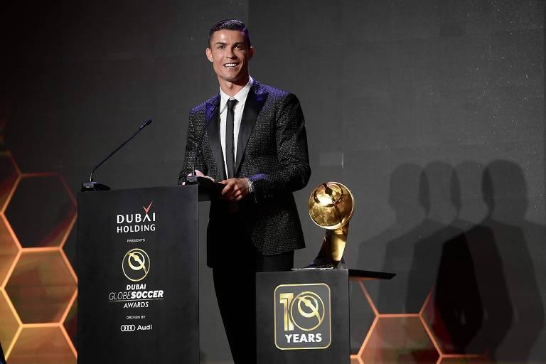 Cristiano Ronaldo recebe o prêmio de melhor jogador de 2018, no Dubai Globe Soccer Awards, na semana passada