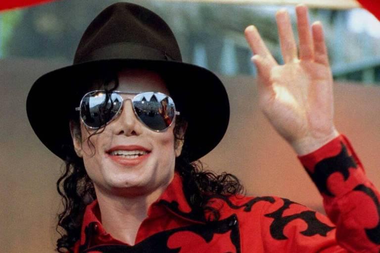 O cantor Michael Jackson em frente à Ópera de Sydney, em 1996