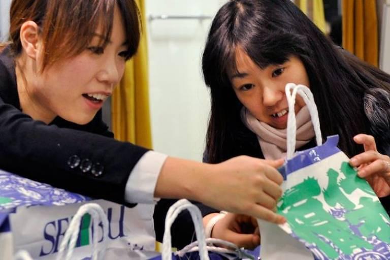Virou febre no Japão a venda de uma bolsa de pano no Ano-Novo e primeiras semanas de janeiro; para alguns japoneses, é impossível começar o ano sem seguir essa tendência