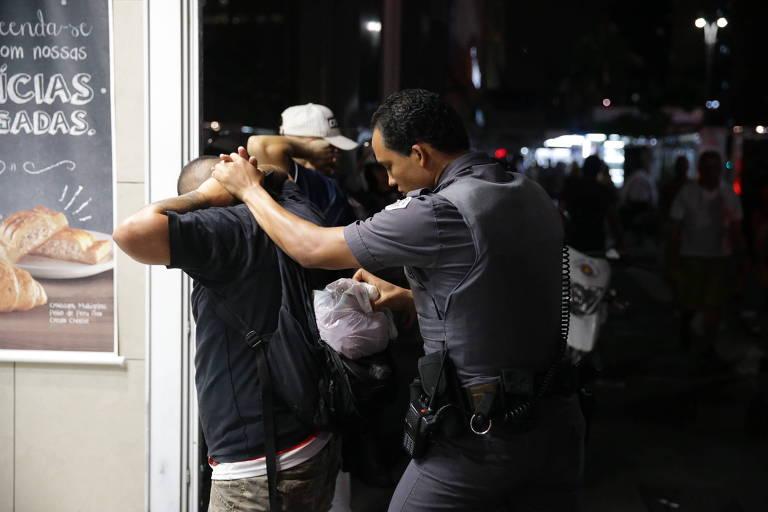 Policial contém manifestante após atos de vandalismo em SP