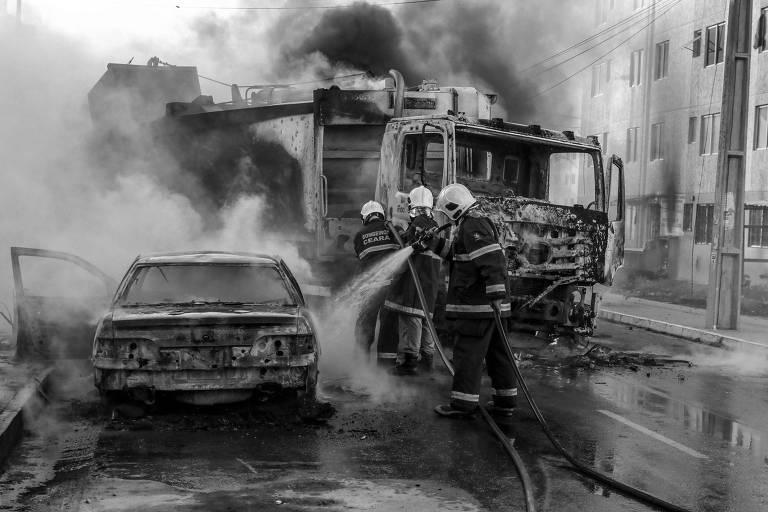 Bombeiros apagam veículos em chamas no bairro Conjunto Palmeiras, em Fortaleza (CE)