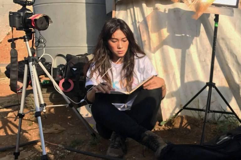"""Danni Suzuki durante a produção do documentário """"S.Ó.S"""" sobre crianças refugiadas"""