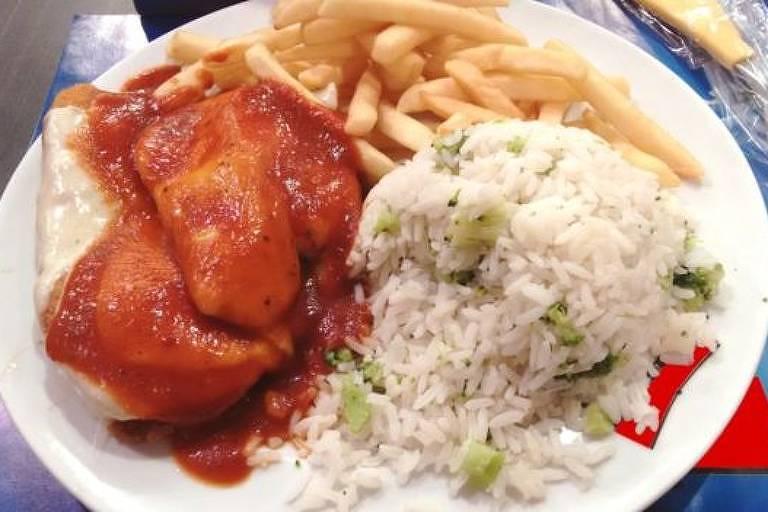 Frango à parmegiana foi um dos pratos analisados no estudo - tinha 1 kg de comida e 2 mil kcal