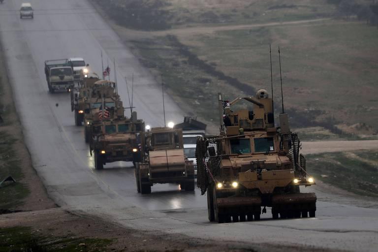 Comboio de veículos militares dos EUA na cidade de Manbij, no norte da Síria, em dezembro
