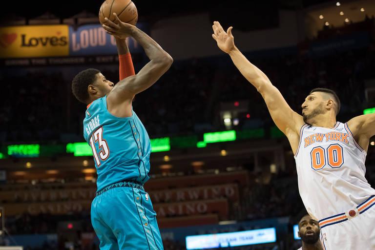 Enes Kanter tenta impedir arremesso de Paul George na partida entre o New York Knicks e o Oklahoma Thunder em novembro do ano passado
