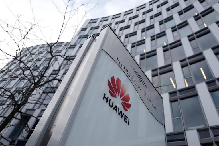 Logo da Huawei em frente a um escritório da marca em Varsóvia, na Polônia; depois de importante executiva, outro funcionário chinês é detido