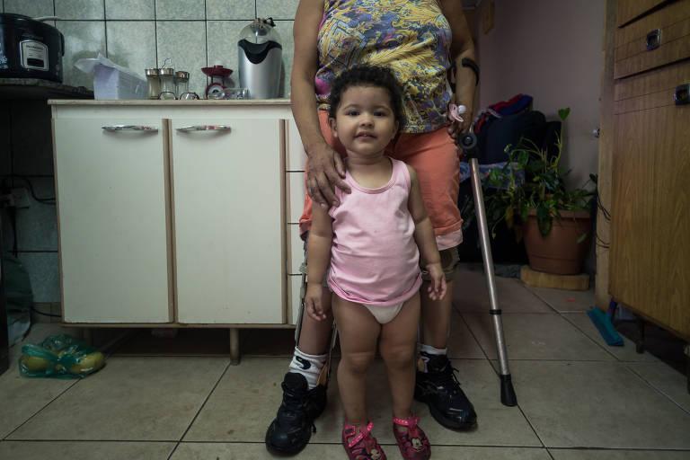 A dona de casa Ivonete América de Lima Oliveira, 59, reclama da dificuldade em conseguir consulta para a neta dela, Sofia, 2, na UBS Maria Cecília Ferro Donnangelo, na Vila Penteado