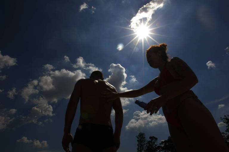 Casal passa protetor solar no parque Ibirapuera