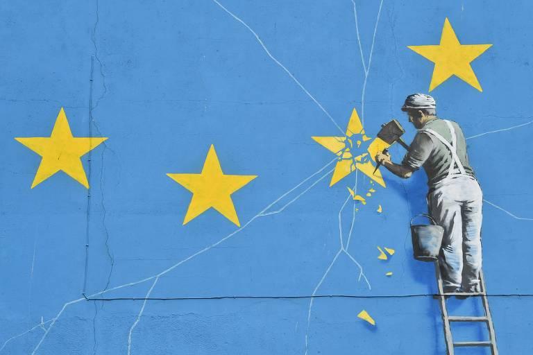 homem tira estrela da bandeira da União Europeia