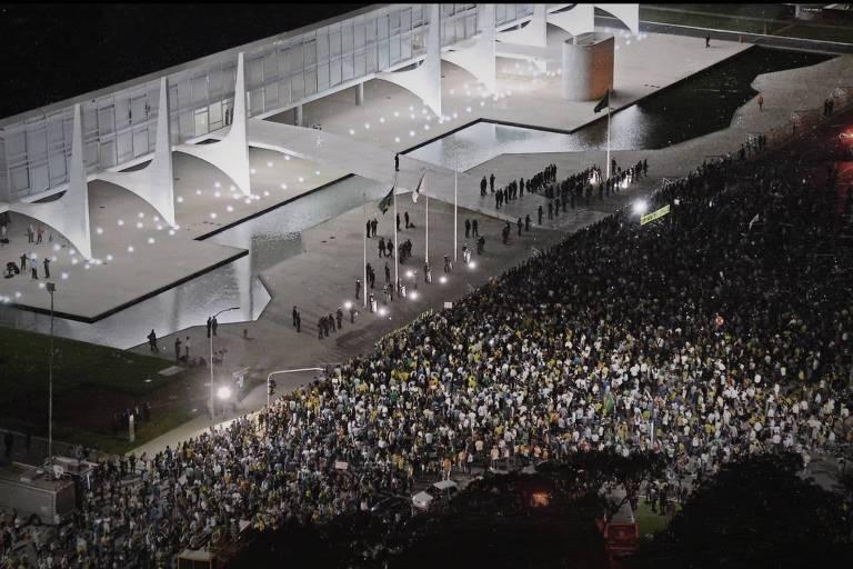 """Cena do 'teaser' do documentário  """"What Happened to Brazil…"""", da BBC News Brasil, mostra manifestantes em Brasília; filme, conduzido pelo jornalista Kennedy Alencar, reconta os acontecimentos políticos do país de junho de 2013 à eleição de Bolsonaro"""