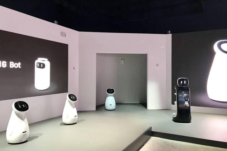 Na foto, quatro robôs estão dispostos lado a lado: três são brancos e menores e um é preto e um pouco maior.