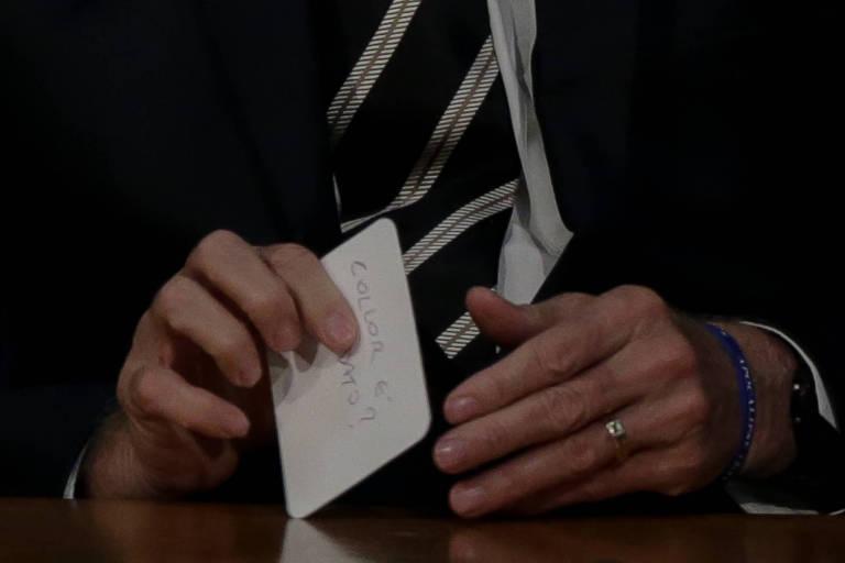 """Bolsonaro escreveu algo em um papel e mostrou a Rodrigo Maia. No momento em que o presidente foi dobrar e guardar o bilhete foi possível ler a pergunta: """"Collor é candidato""""?"""