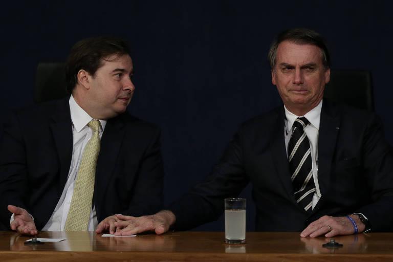 Em pedaço de papel, Bolsonaro perguntou a Rodrigo Maia se Collor é candidato. Ação foi registrada pela Folha durante solenidade de posse nos novos procuradores do Ministério Público, na sede da PGR
