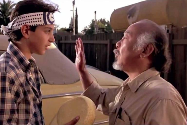 Cena do filme Karate Kid, de 1984. Lavar o carro nunca mais foi a mesma coisa depois desta cena