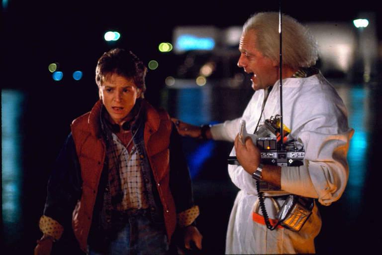 """Os atores Christopher Lloyd (esquerda) e Michael J. Fox em cena do filme """"De Volta Para o Futuro"""", de 1985"""