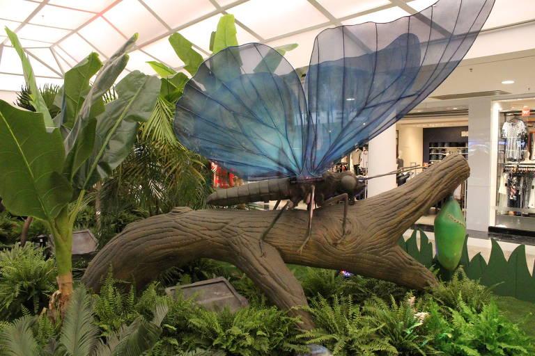 Réplica da borboleta-azul, em grandes proporções, é uma das atrações da exposição Natureza Gigante, no Shopping Aricanduva, em São Paulo