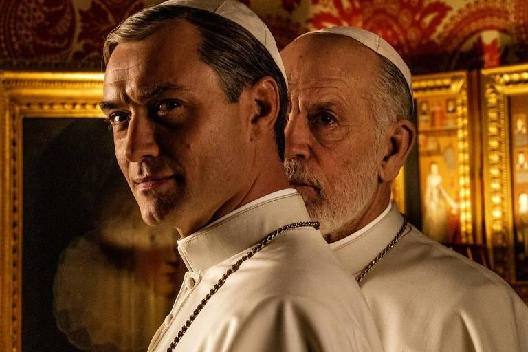 """Jude Law e John Malkovitch em """"The New Pope"""", série da FOX, dirigida pelo premiado Paolo Sorrentino, em produção na Itália"""