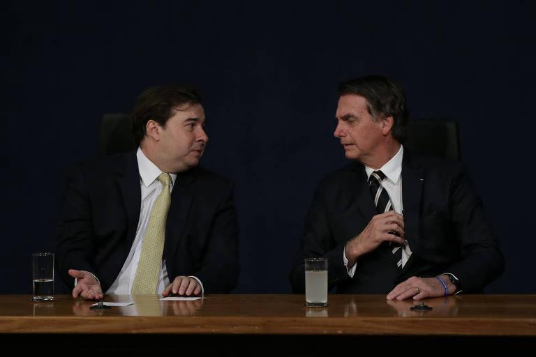 O presidente Jair Bolsonaro participa, ao lado do presidente da Câmara, Rodrigo Maia (DEM-RJ), da posse dos novos procuradores do Ministério Público na sede da Procuradoria-Geral da República nesta sexta (11)