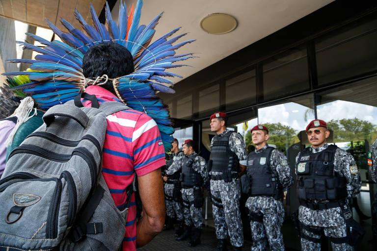 Grupo de índios protesta em Brasília contra mudanças na Funai