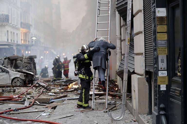 Uma mulher é retirada após explosão em padaria em Paris que deixou pelo menos dois mortos