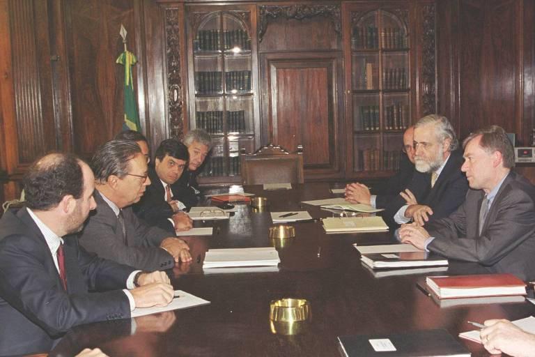 O presidente do BC, Armínio Fraga, o ministro Pedro Malan e Horst Köhler, diretor geral FMI durante reunião no Rio
